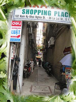 パクチーを嗅いでいれば、ベトナムの路地に見える。(以後、バーチャルの風景にはパクチーの枠がつきます)