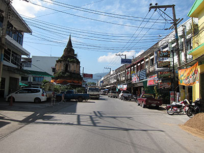サイズは全然違うけど、急に出てきてレンガ造りで丸い、という点ではタイの仏塔の存在感も近い
