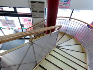 上下階を結ぶ階段は螺旋風でオシャレ