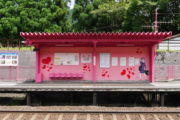 ペー・パー夫婦かこの駅か、というくらいのピンクっぷり