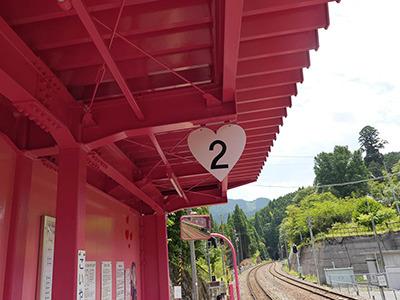 屋根もピンク&番線表示はハート型