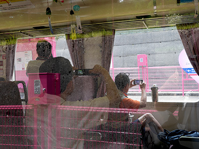 電車に乗っている人たちも写真撮りまくり。……そりゃ撮るわ、こんな衝撃的な駅があったら!