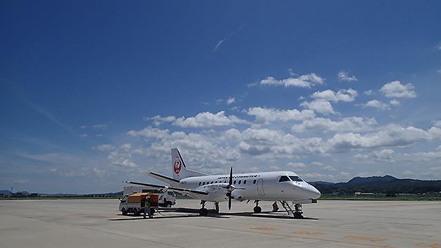 隠岐の島へはフェリーか飛行機で渡る。これは出雲空港発着の飛行機。空港にぽつんと停まっているので歩いて行ってタラップで乗り込む。この段階ですでに遠くに来た感が半端ない。