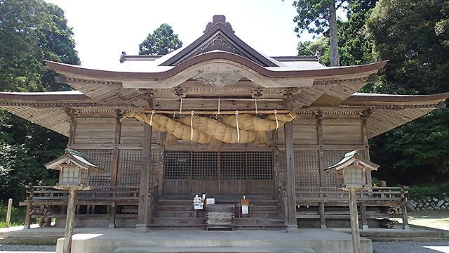 セミの声と風の音しか聞こえない神社とか。