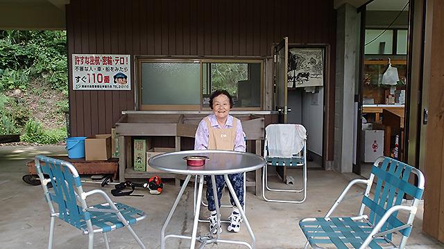 最北端、白島展望台の売店はこのおかあさんが一人で管理している。