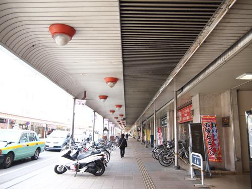 この商店街の感じ、とても好きだ。地元金沢も、市内随一の繁華街が、こんな感じのアーケード商店街である。
