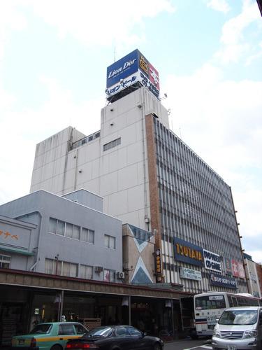 問題のエスカレーターは、TSUTAYAの入っているこのビルにある。いかにも渋いビル!