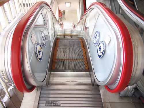 銀色の床板部分に、「nippon elevator ind.」の刻印がご覧いただけるだろうか。