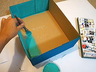 とにかく塗ってみる。Amazonの箱、というのが当世風。