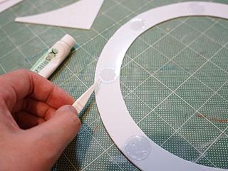 薄いプラ板を丸く切って、窓を留めるビス代わりに。