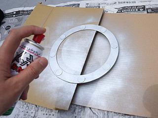 窓枠に、メッキ風塗料を塗る。