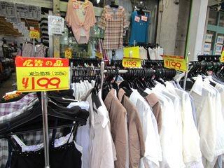 あと、ありえない値段で服を売る店に遭遇。Tシャツ買ってしまいました。滝山すごいな!