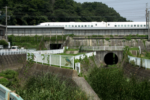 途中で、東海道新幹線の線路を潜る