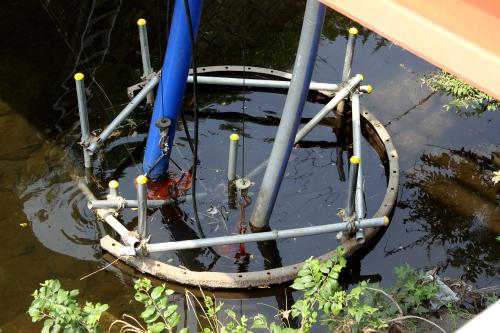 近くの工場で使う水を川から取っているようだ