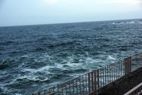 風がかなり強く、海は大荒れ。