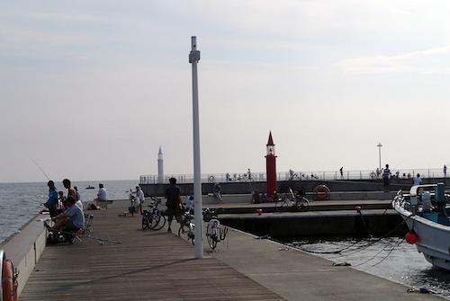 昼間に撮影。湾をはさんで紅白の灯台が建っている。