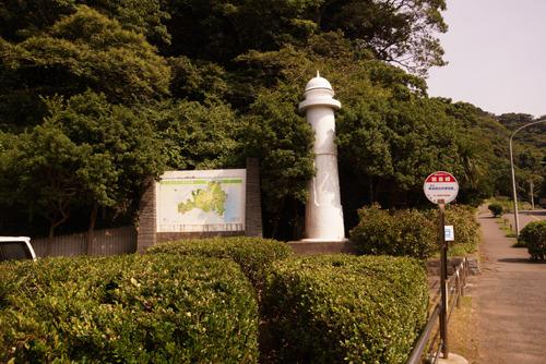 観音崎公園の駐車場。灯台オブジェが。