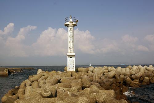 鴨居西防波堤灯台 テトラポッドの棒倒しみたいだ。