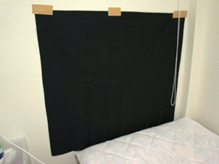 煙の投影が見やすいように背景に黒い布を貼る。