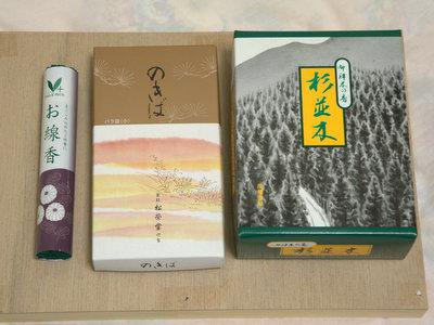 左から、スーパーで買った98円、仏具店の650円、ネットで買った1000円の線香。記事中ではほとんど98円のを使っている。