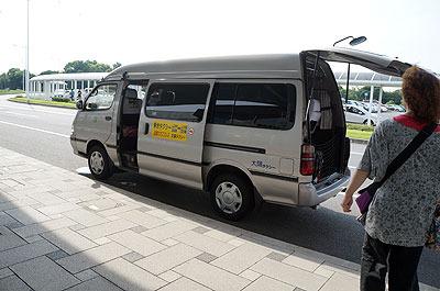 空港から市街地までは乗り合いタクシーという聴き慣れないシステムで移動