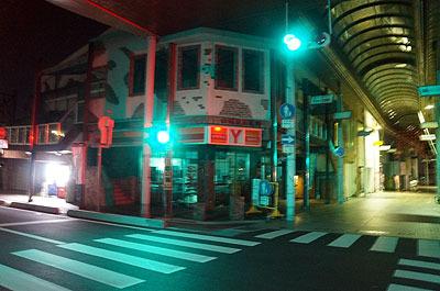 山口の夜は暗くて、信号の光で街が染まってしまうほどであった