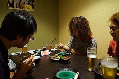 夕食に入った居酒屋で一斉に今日のあまちゃんを見始める3人(普段見てないので話が分からず仕方ないから写真でも撮っていた筆者)