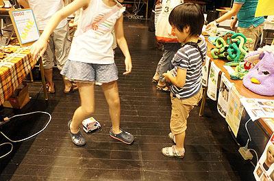 西村さんは選挙カーラジコン</a>。写真は全然手放さない子供