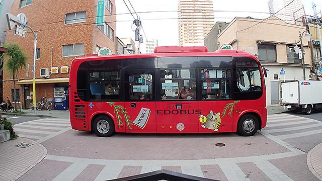 タイムズスクエアを都民を乗せたバスが横切る。