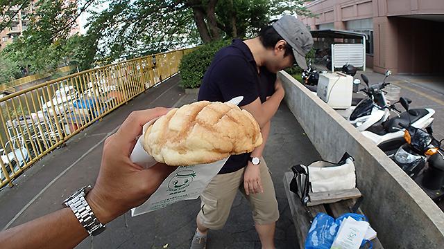 メロンパンはおいしかったです(西村さんが微妙な恰好しているのは川べりで蚊が多いから)。