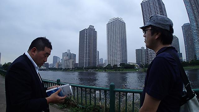 おれニューヨーク行ったことあるんだよなー、と川路さん。ガイドブックを見てかつてを思い出す。