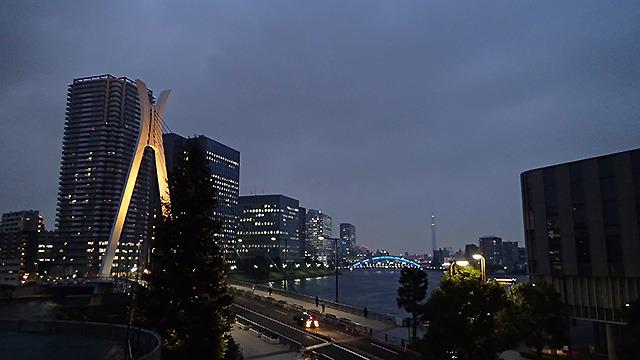 イマジネーションミュージアムの窓から見える夜景。遠くにスカイツリーも見える。