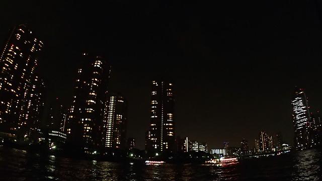 屋形船が写りこんでいるけど、月島の夜景はニューヨークに負けていないと思う。ニューヨーク行ったことないけど。