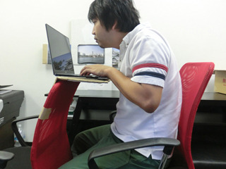 デスクが小さいのでパソコン作業は窮屈だ。だがそれがかえって集中力を研ぎ澄ませる