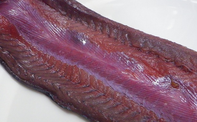 何と言うか…。魚肉の色じゃない。