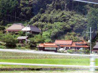 高度が高いところの家は赤瓦。