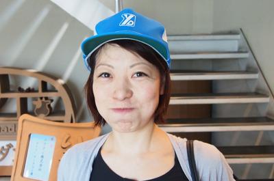 工場に入るにあたりロゴ入り帽子を装着、このだらしない笑顔よ…
