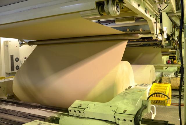 原紙を装着すると、引き出していく