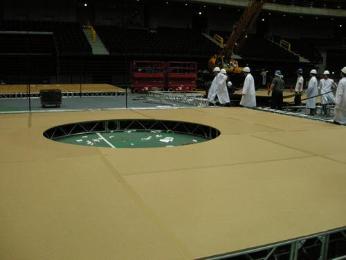 かつてフジテレビ系の番組「トリビアの泉」からの依頼をうけ、巨大空気砲用のダンボールを製作したことも(写真は提供していただいた撮影現場のようす)