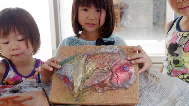 自分が子供の頃にやっていた、粘土に色をつける「カタ」という遊びを再現してみました。