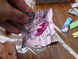 粘土に色を付けるのが、「色」と呼ばれていたキラキラした粉状のもの。これが風ですぐ飛ぶんだ。包んである新聞紙を10枚持っていくと、1色もらえた。
