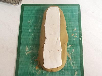 オーブン粘土の塊に力任せで押し付ける。こういう作り方でいいのかな。
