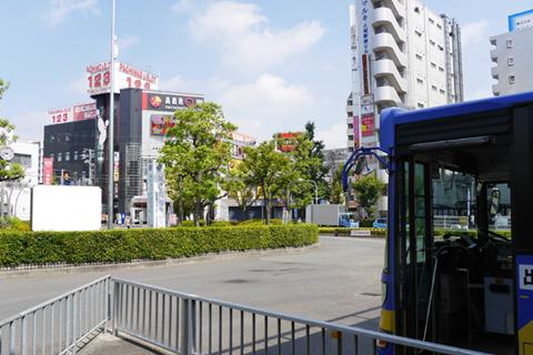近鉄八尾からバスに乗った。八尾南駅の近く、市街地にある