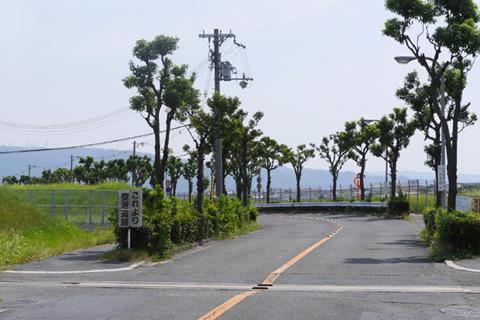 市街地に突然「これより空港道路」標識。これがジパングか……