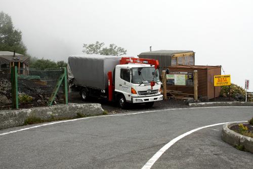 トラックやブルドーザーが停車している所が宝永火口への入口