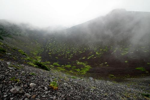 南側から見た第二火口(雲で見えないが、富士山はこの正面にそびえている)