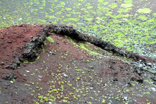 飛び散った溶岩がべちゃっとなって作られた、真っ赤な丘もある