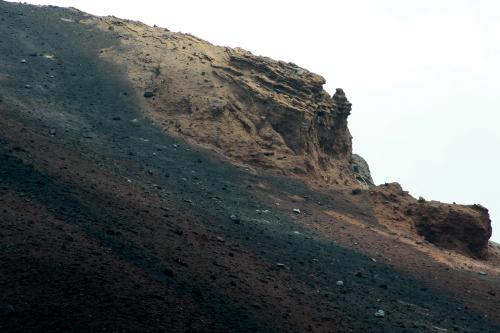 宝永山の縁はごっつい岩肌が特徴的
