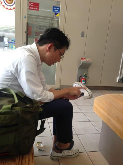 白い靴で参加していたライフネット岩田さんが砂の猛威に言葉をなくす。