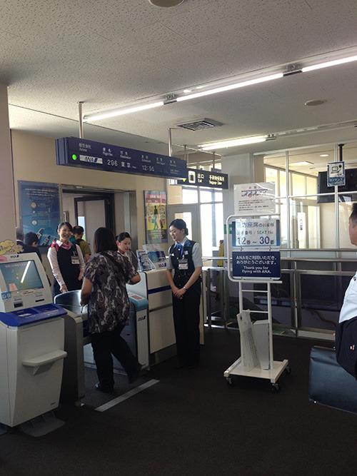 羽田組が飛行機に搭乗。
